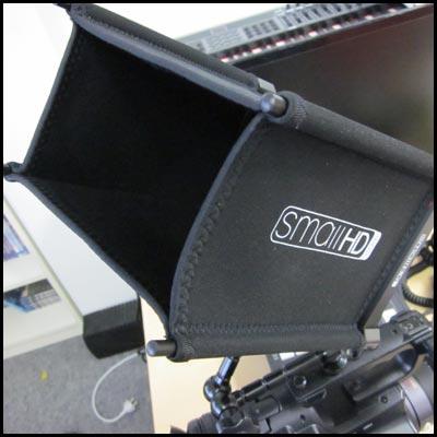 Der SmallHD AC7 ist ein Vorschaumonitor mit HDMI, SDI und Komponenten Eingang. Hier dargestellt mit Sonnenschutz. Leihen Sie den Monitor bei der Pionierfilm.